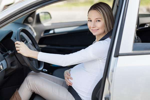 Беременная женщина за рулем автомобиля