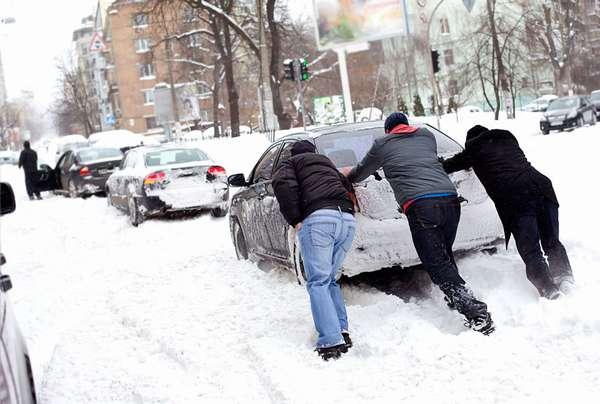 Машина застряла в снегу, грязи или песке
