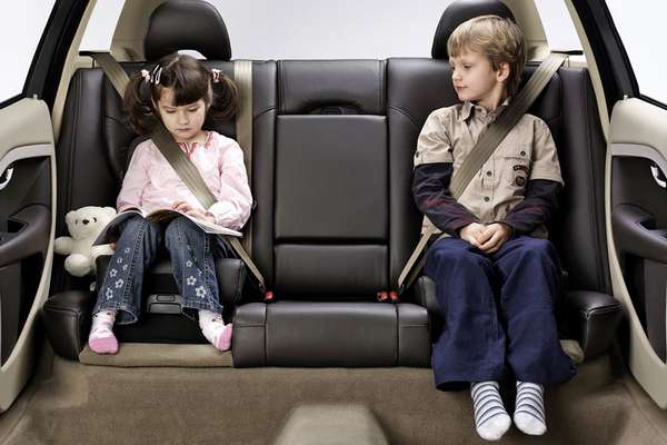 Дети на заднем сидении авто