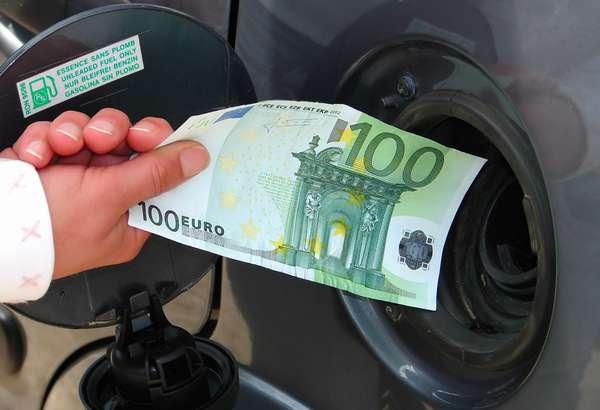 Мужчина держит денежную купюру