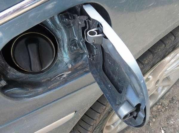 Не открывается лючок бензобака на машине