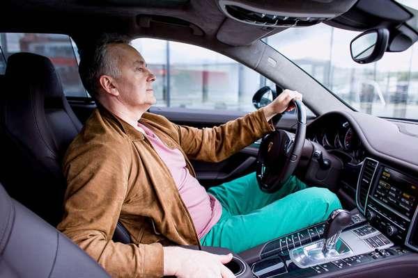 Водитель за рулем своей машины