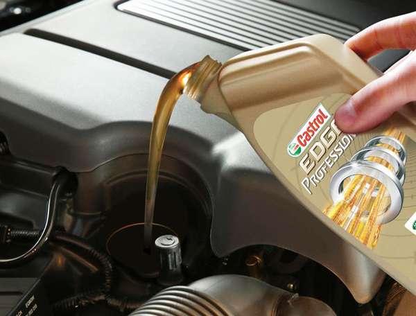 Доливка масла в автомобильный двигатель