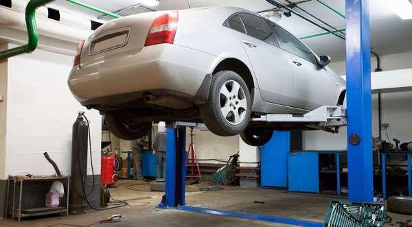 Автомобиль висит на подъемнике