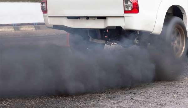 Чёрный цвет выхлопа автомобиля