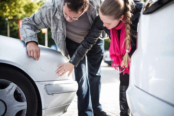 Что делать, если кто-то поцарапал машину во дворе