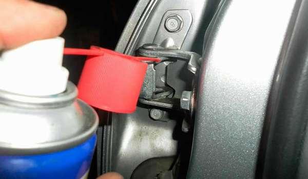 Чем лучше смазать дверные петли и замки автомобиля