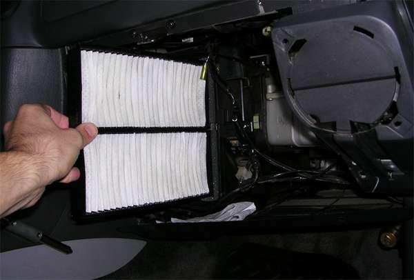 Замена автомобильного салонного фильтра