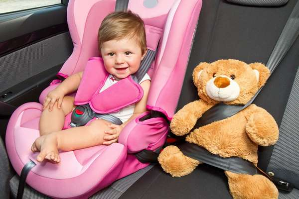 Ребенок сидит в машине