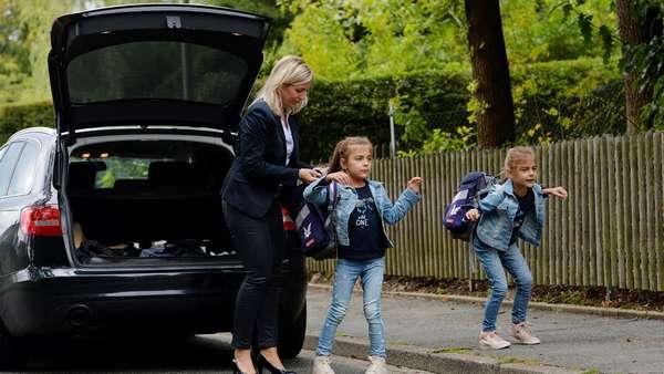 Мама отвозит детей в школу на машине
