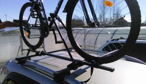 Рейлинги фиксируют велосипед