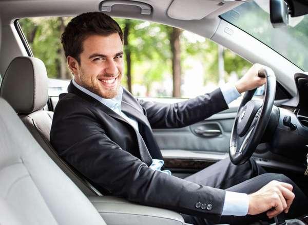 Мужчина водит машину