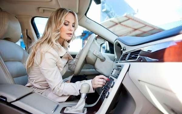 Девушка слушает музыку в машине