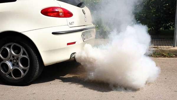 Белый дым из выхлопной трубы автомобиля