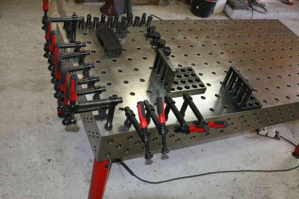 По удобству работы полупрофессиональный стол не отличается от простого, но укомплектован дополнительным оборудованием