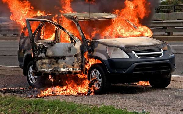 Как действовать во время возгорания в автомобиле
