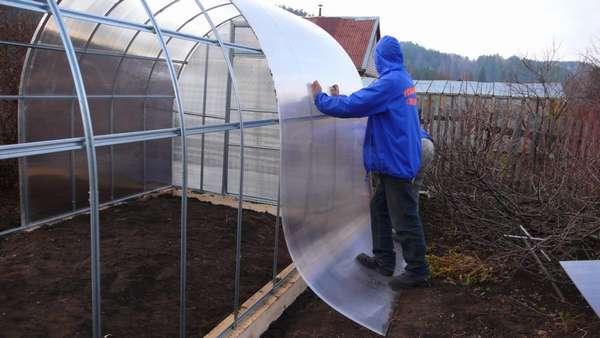 Для покрытия теплиц применяется сотовый поликарбонат толщиной от 4 до 10 мм