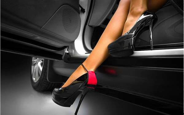 Женская обувь в машине
