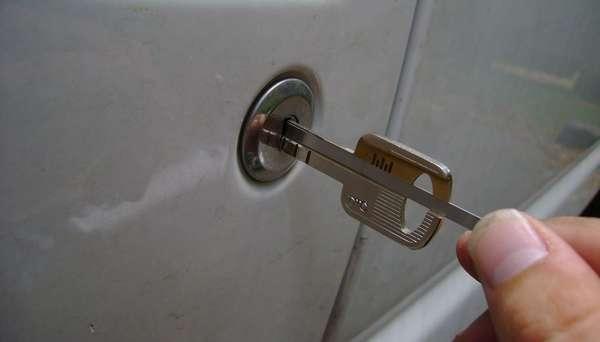 Открыть с помощью запасного комплекта ключей