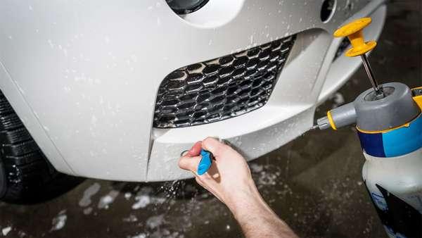 Очистка бампера автомобиля
