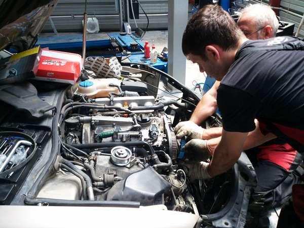 Сломанный двигатель автомобиля