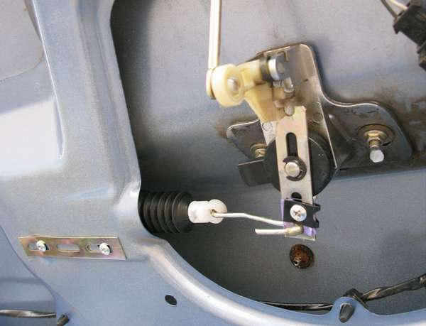 Механизм замка багажника автомобиля