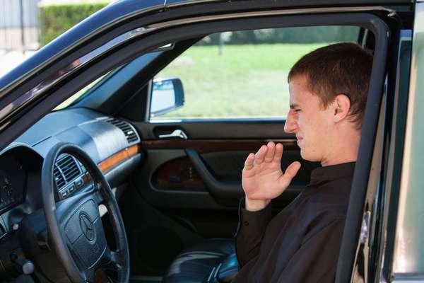 Как устранить запах бензина в салоне машины