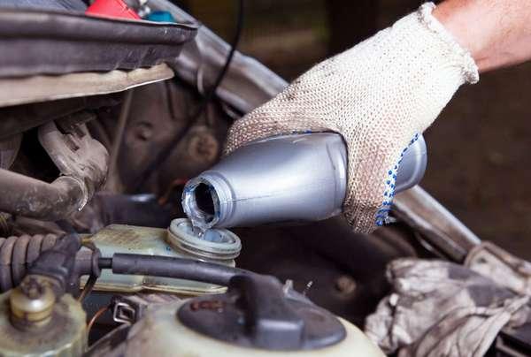 Когда и зачем нужно менять тормозную жидкость