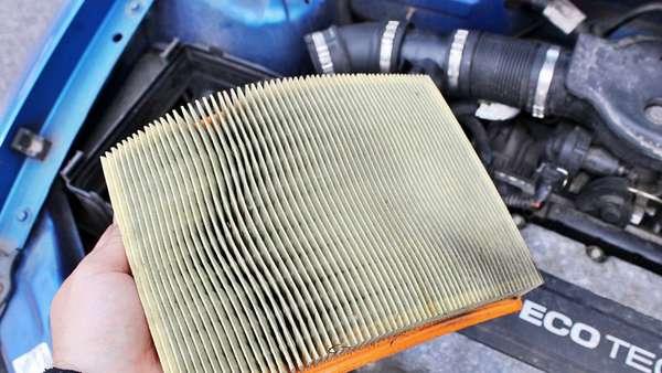 Демонтаж старого фильтра автомобиля