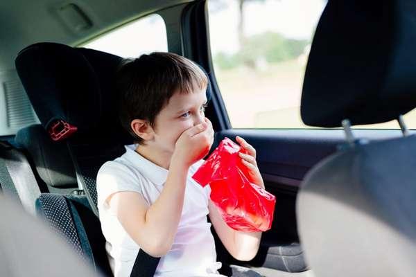 В машине укачивает ребенка
