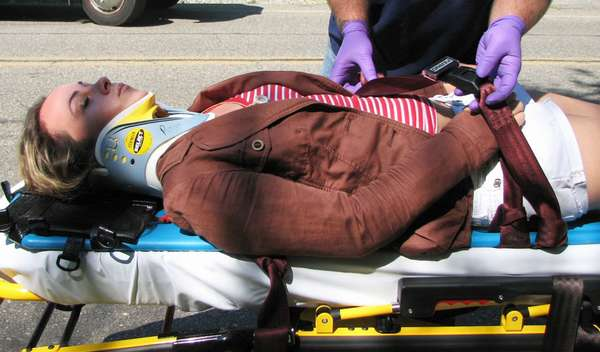 Транспортировка пострадавшего при аварии в больницу
