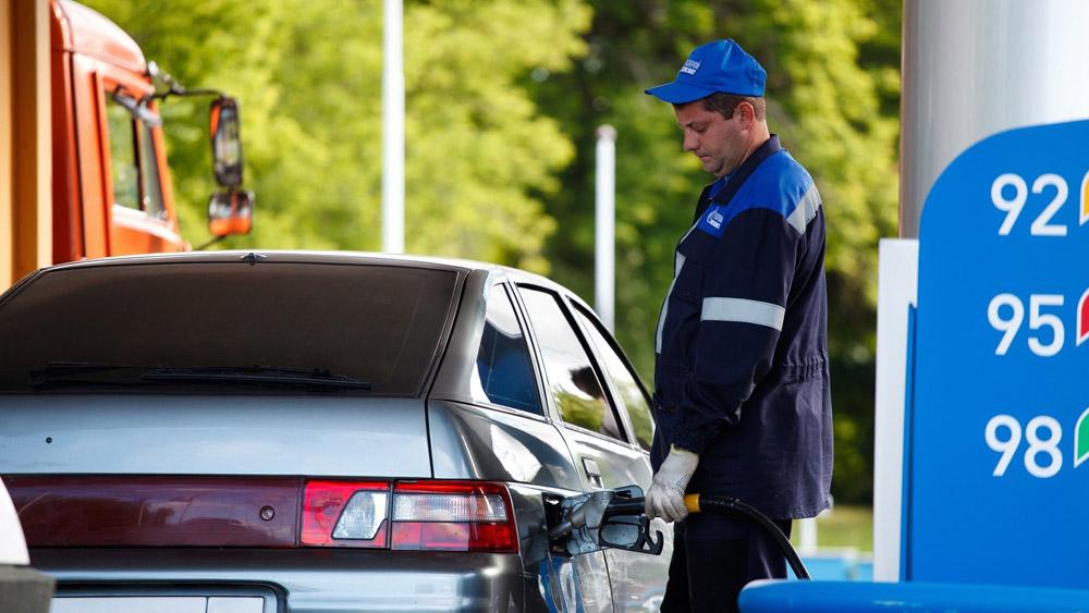 Заправка автомобиля на АЗС в городе