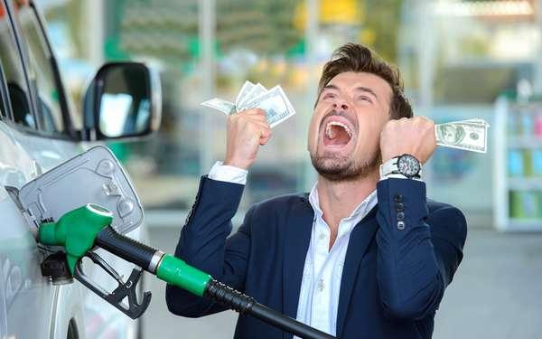 Мужчина расплачивается за бензин