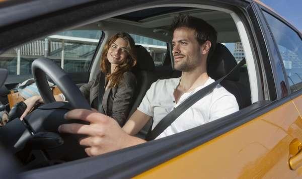 Переднее сиденье рядом с водителем