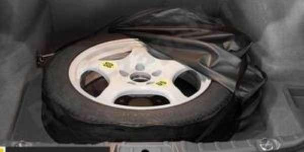 Запасная покрышка в багажнике автомобиля