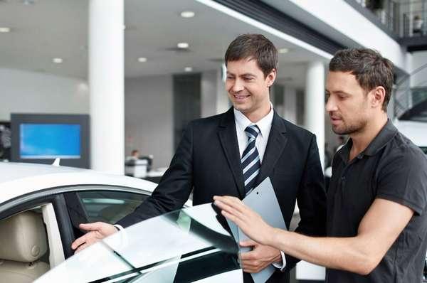 Выбор новой машины в автосалоне