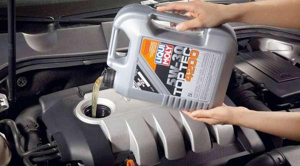 Заливаем масло в двигатель