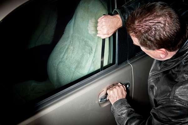 Как открыть машину, если ключи остались внутри